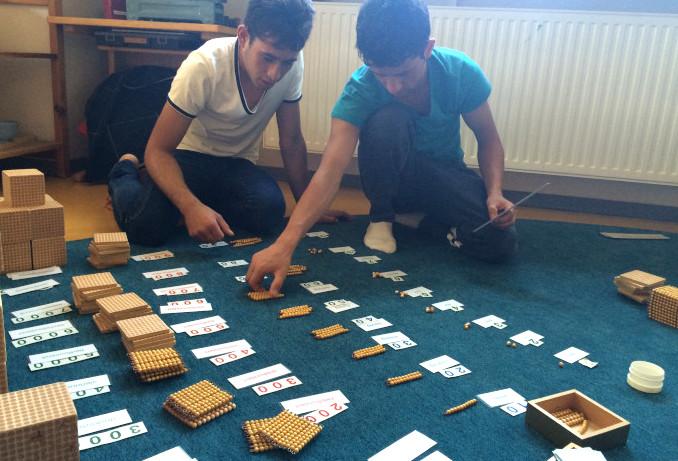 Schüler mit Mathematik-Lehrmaterial von Montessori