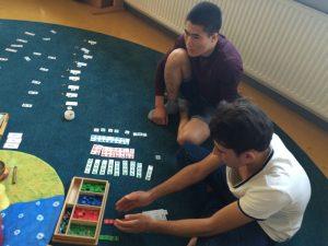 Übungsstunde bei Montessori - Mathematik (be)greifen