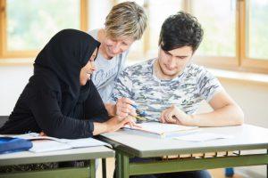 Melita Scheibeck mit zwei Schülern